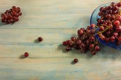 Взгляд сверху виноградины в стеклянном блюде на деревянной таблице Стоковые Изображения RF