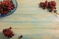 Взгляд сверху виноградины в стеклянном блюде на деревянной таблице Стоковые Изображения