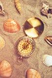 Взгляд сверху винтажного компаса в песке пляжа Стоковые Изображения RF