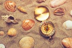 Взгляд сверху винтажного компаса в песке пляжа Стоковая Фотография