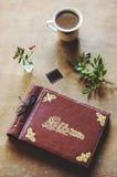 Взгляд сверху винтажного фотоальбома и кофе на таблице Стоковая Фотография RF