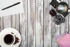 Взгляд сверху винтажной камеры фильма, стикеров, кофейной чашки на woode Стоковая Фотография