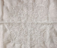 Взгляд сверху винтажной ручной работы красивой ткани шнурка над деревянным столом Стоковая Фотография