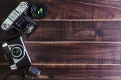 Взгляд сверху винтажной старой камеры на деревянном столе Стоковое фото RF