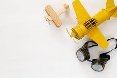 Взгляд сверху винтажных желтых стекел игрушки плоских и пилотных Стоковое Изображение RF