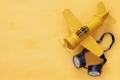 Взгляд сверху винтажных желтых стекел игрушки плоских и пилотных Стоковые Фотографии RF