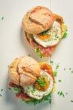 Взгляд сверху вкусного бургера с салатом, беконом и яичками Стоковая Фотография RF