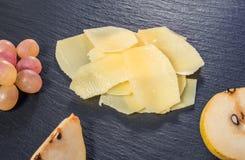 Взгляд сверху вкусного свежего желтого сыра parm тонкого куска, cuted гороха Стоковые Фото