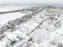 Взгляд сверху вспаханного поля в зиме Поле пшеницы в снеге Стоковое фото RF