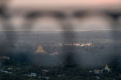 Взгляд сверху в красивом заходе солнца виска на холме Мандалая в Мьянме Стоковые Изображения