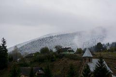 взгляд сверху горы Темные ые-зелен наклоны и холмы Карпатов Славный взгляд гор над красивейшими облаками птиц цветы раньше летают стоковые фотографии rf