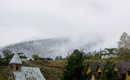взгляд сверху горы Темные ые-зелен наклоны и холмы Карпатов Славный взгляд гор над красивейшими облаками птиц цветы раньше летают стоковые фото