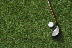 Взгляд сверху гольф-клуба и шарика Стоковые Изображения