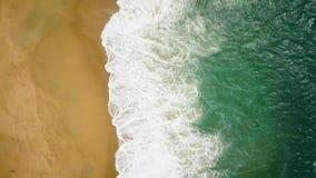Взгляд сверху дезертированного пляжа Португальское побережье Атлантического океана видеоматериал