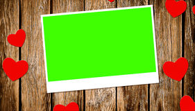 Взгляд сверху декоративных красных сердец с рамкой фото с экраном зеленого цвета ключа chroma на старой деревянной предпосылке Стоковое фото RF
