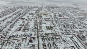 Взгляд сверху деревни зимы Сельское поселение покрыто с снегом Снег и зима в деревне сток-видео