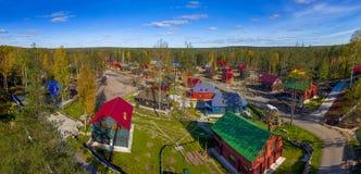 Взгляд сверху деревни и дома в древесинах Стоковые Изображения RF