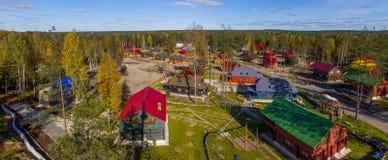 Взгляд сверху деревни и дома в древесинах Стоковые Фотографии RF