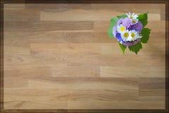 Взгляд сверху деревянной предпосылки с цветками в угле Стоковое Изображение RF