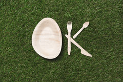 Взгляд сверху деревянных деталей и плиты столового прибора в форме одобренного знака Стоковая Фотография RF