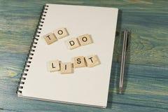 Взгляд сверху деревянных плиток, ручки и блокнота с для того чтобы СДЕЛАТЬ СПИСОК Стоковое Изображение RF