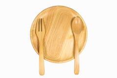 Взгляд сверху деревянных плиты, ложки и вилки на белой предпосылке Стоковые Фото
