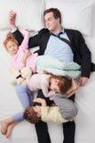 Взгляд сверху детей спать на всем отец Стоковое Изображение