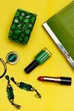 Взгляд сверху женских аксессуаров моды Зеленая сумка с ожерельем заработков браслета губной помады Стоковые Фотографии RF