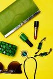Взгляд сверху женских аксессуаров моды Зеленая сумка с ожерельем заработков браслета губной помады Стоковое Изображение