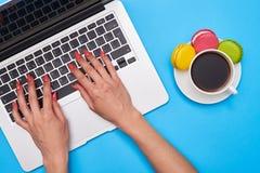 Взгляд сверху женских ключей отжимать рук черной клавиатуры  Стоковая Фотография RF