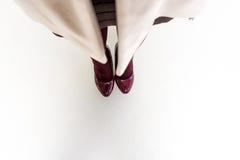 Взгляд сверху женских ног и ног в темноте - красных ботинок Стоковые Фото