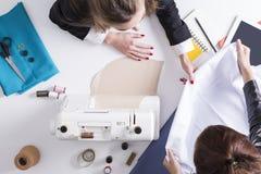 Взгляд сверху женщины держа белый материал Стоковое Изображение RF