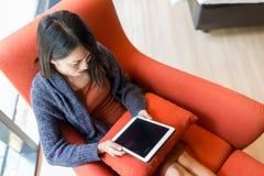 Взгляд сверху женщины используя цифровую таблетку на софе Стоковое Изображение RF