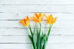 Взгляд сверху желтого букета тюльпанов на белой деревянной столешнице Стоковые Фотографии RF