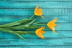 Взгляд сверху желтого букета тюльпанов на столешнице бирюзы деревянной Стоковая Фотография