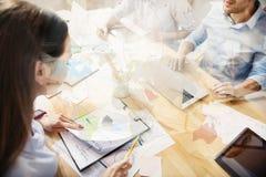 Взгляд сверху занятой женщины в офисе вместе с другими Стоковые Изображения RF