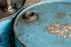Взгляд сверху заржаветого старого голубого бочонка Стоковое Фото