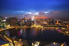 Взгляд сверху залива Марины финансового района в Сингапуре на ноче Стоковое Фото