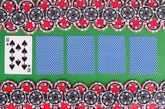 Взгляд сверху зеленой таблицы с 10, покрытые играя карточки казино, Стоковое Изображение