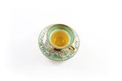 Взгляд сверху зеленых и белых чашка и поддонника с чаем стоковые фотографии rf