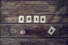Взгляд сверху знака 2016 и бутылки шампанского с кристаллическим gla Стоковые Изображения