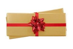 Взгляд сверху золотой присутствующей подарочной коробки украшенной с красной сияющей нервюрой Стоковое фото RF