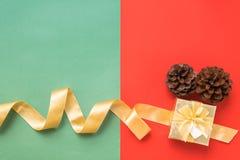 Взгляд сверху золотых ленты и подарочной коробки Стоковые Изображения RF