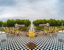 Взгляд сверху золотых статуй и фонтанов в Peterhof, Санкт-Петербурге Стоковое фото RF