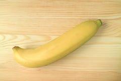 Взгляд сверху зрелого банана изолированного на деревянном столе Стоковое Изображение RF