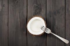 Взгляд сверху зрелой половины кокоса и металл развлетвляют Стоковые Изображения RF