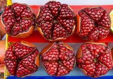 Взгляд сверху зрелых разделенных плодоовощей гранатового дерева раскрывает для того чтобы показать группы семян Стоковая Фотография