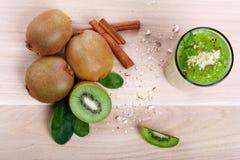 Взгляд сверху здоровых продуктов кивиа Киви и зеленый коктеиль с мятой на светлой предпосылке Естественные десерты Стоковые Изображения