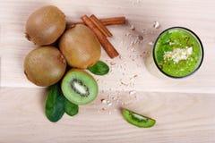 Взгляд сверху здоровых продуктов кивиа Киви и зеленый коктеиль с мятой на светлой предпосылке Естественные десерты Стоковая Фотография