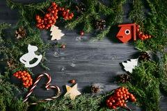 Взгляд сверху игрушек рождества на горе таблицы Стоковые Фото